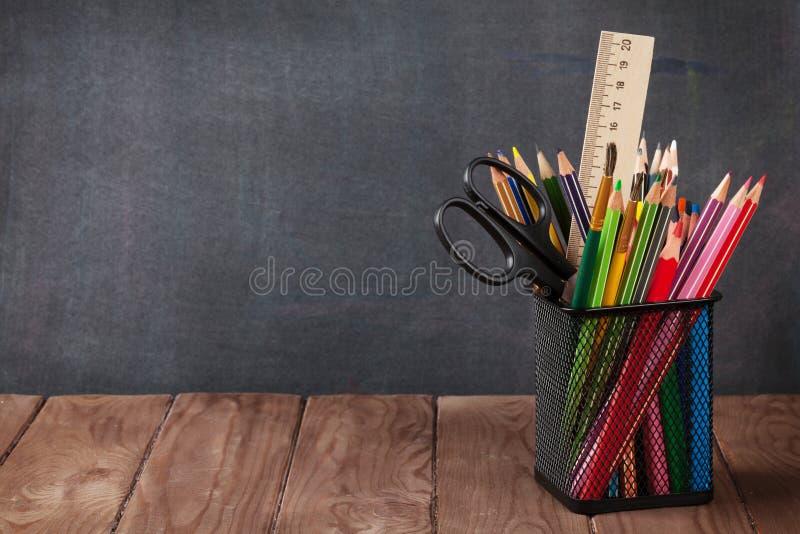 Skola- och kontorstillförsel på klassrumtabellen royaltyfria foton