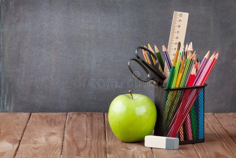 Skola- och kontorstillförsel på klassrumtabellen royaltyfri foto