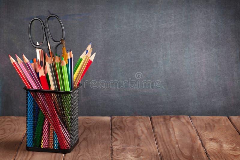 Skola- och kontorstillförsel på klassrumtabellen fotografering för bildbyråer