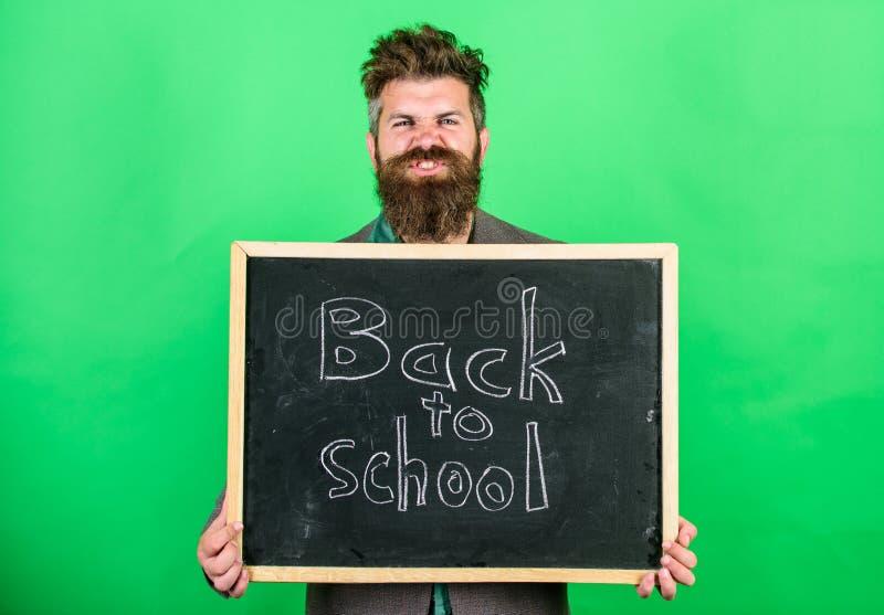 Skola och studerabegrepp Undervisningockupationen begär talang och erfarenhet Läraren välkomnar studenter medan håll arkivfoto
