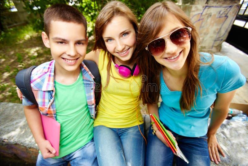 Skola vänner royaltyfri foto