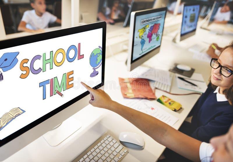 Skolaakademiker som lär ungediagrambegrepp royaltyfri bild