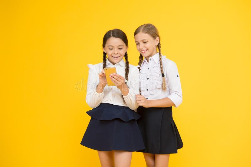 Skolaapplikationsmartphone Internet är den underbara resursen, men tillträde till det har faror för ungar Flickaskola royaltyfria foton