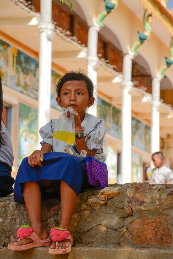 Skolaavbrottsdrink för lite flicka i lantliga Cambodja arkivfoto