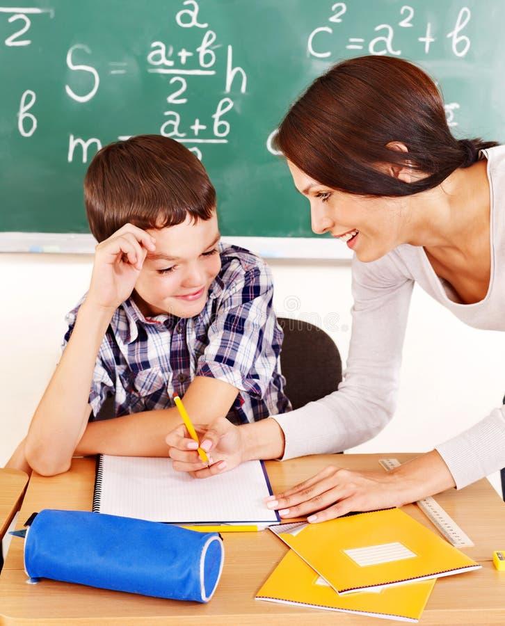 Skolabarn med lärare. royaltyfri foto