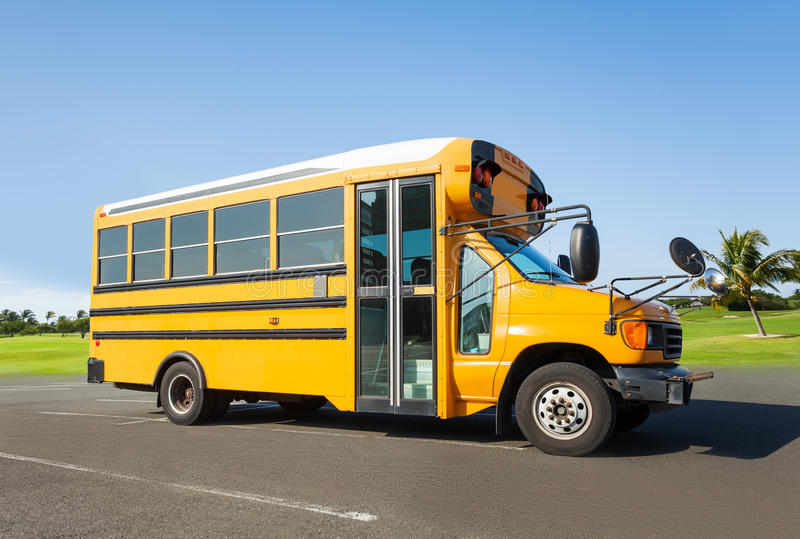Skolabuss som står på parkeringen arkivfoton