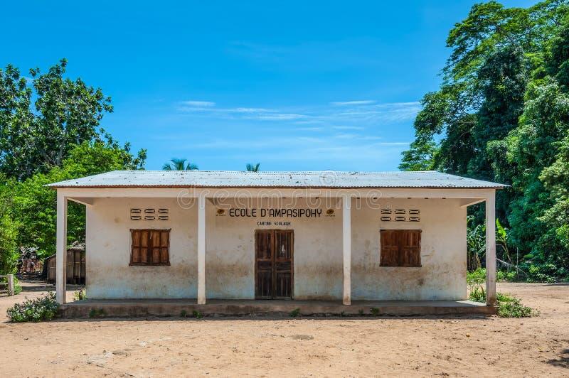 Skolabyggnad i byn royaltyfri bild