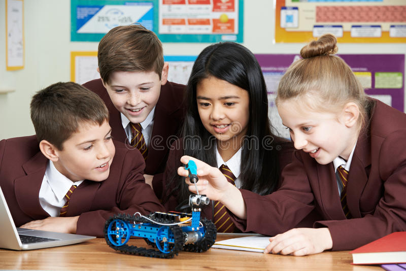 Skolaelever i vetenskapskurs som studerar robotteknik royaltyfria bilder