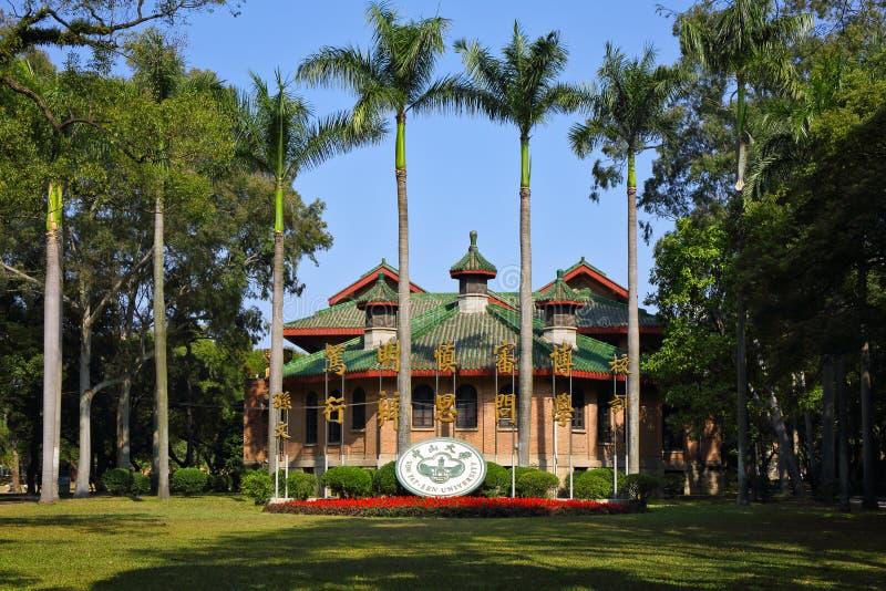 Skolaemblemet och skolamottot av det Sun Yat-sen universitetet royaltyfri fotografi