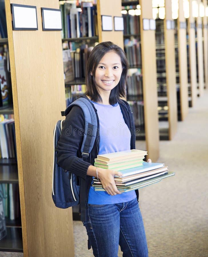 Skolaflicka med böcker arkivbilder