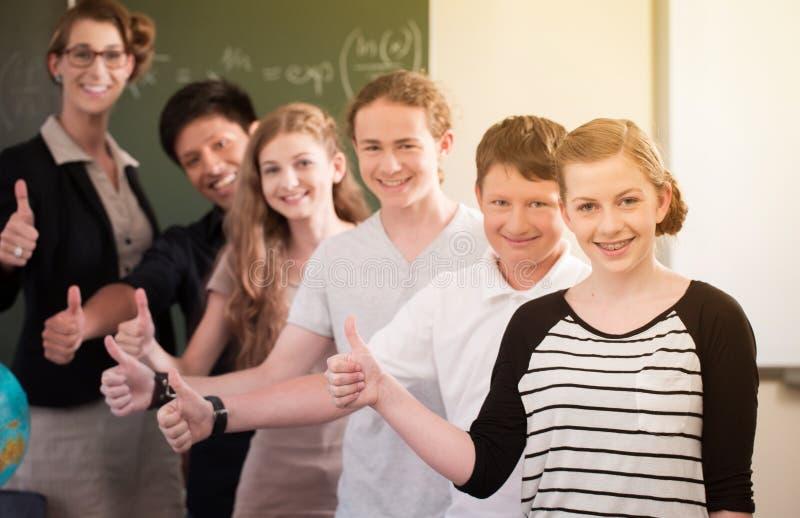 Skolaklasslärare som motiverar studenter arkivfoto