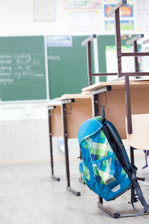 Skolaklassrum med den skolaskrivbord och svart tavla royaltyfri bild