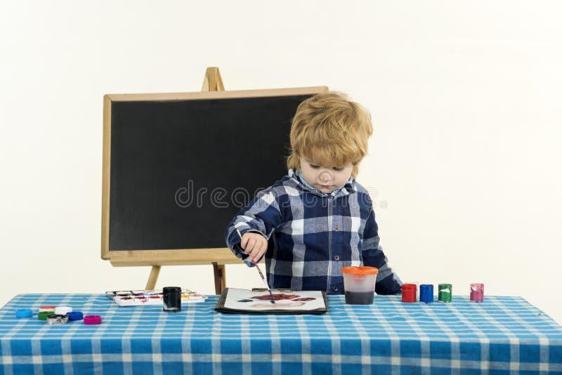 Skolakonstbegrepp Förskolebarnsommar pojken l?rer den huvudl?sta skolal?rare till Id?rik utbildning royaltyfria foton