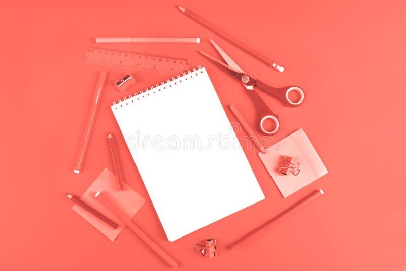 Skolakontorstillförsel som tonas i färg av året arkivfoto