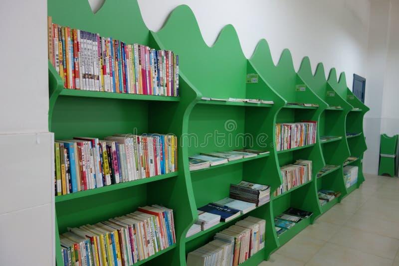 Skolalekplats och klassrum arkivbild