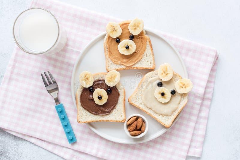 Skolalunch eller frukost för ungar Rostat bröd för banan för jordnötsmör med den djura framsidan royaltyfri bild