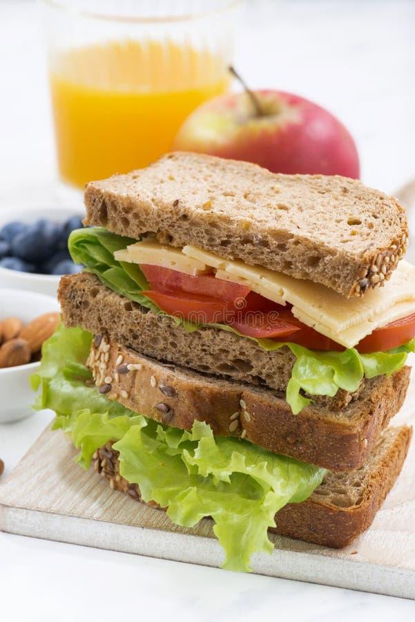 Skolalunch med smörgåsen av wholemealbröd, closeup arkivbild
