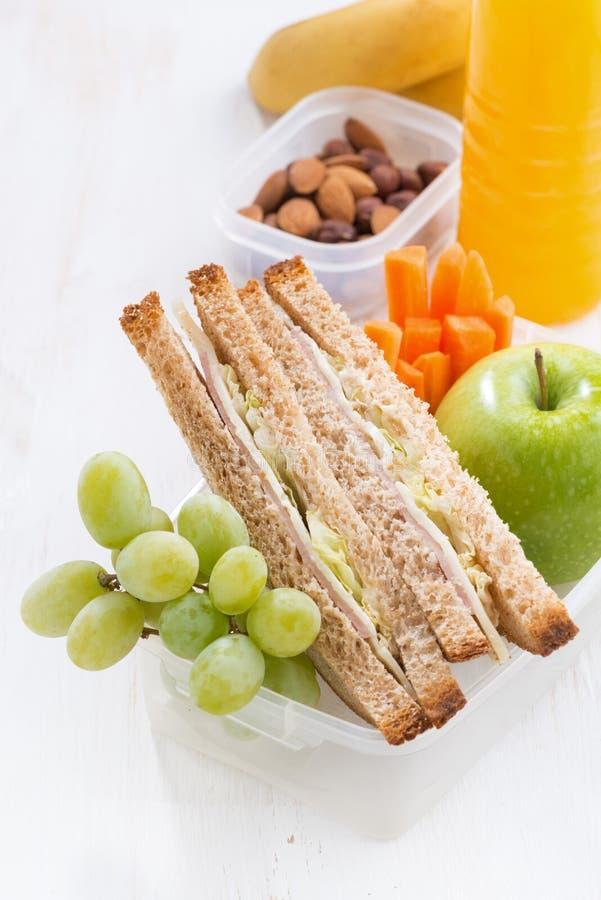 skolalunch med smörgåsen på den vita tabellen, lodlinje, närbild fotografering för bildbyråer