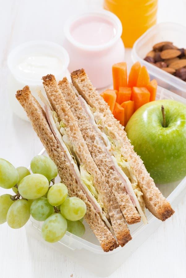 Skolalunch med smörgåsen på den vita trätabellen, lodlinje arkivbild