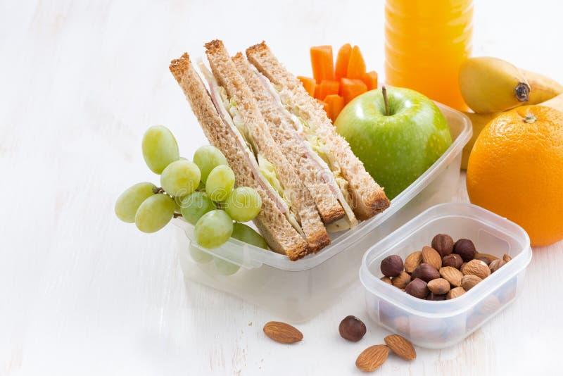 Skolalunch med smörgåsen på den vita trätabellen, närbild royaltyfri foto