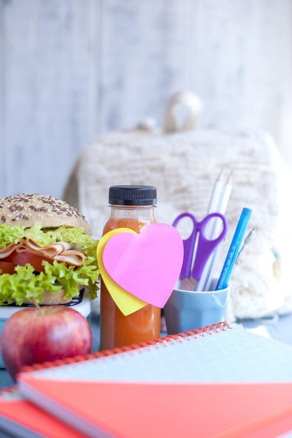Skolalunch och skolaanteckningsböcker placera text Flaska med ögat och smörgåsen, klistermärke Gå till skolan, arkivfoton