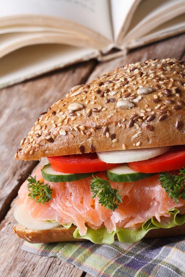Skolalunch: smörgås med laxslut upp lodlinje fotografering för bildbyråer