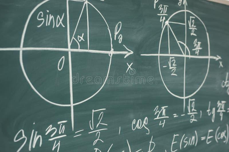 Skolamatematikkurs trigonometry Svart tavlafunktionsgrafer arkivfoto