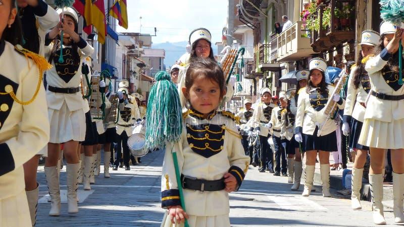 Skolamusikband som spelar musik och att marschera royaltyfri foto