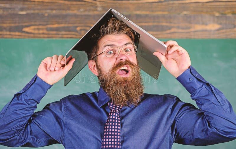 Skolan blåser hans mening Hipsterläraren som är aggressiv med bärbara datorn som taket, går tokig om undervisning Kan inte få van arkivbilder