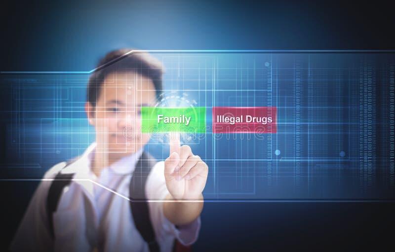 Skolapojke som väljer knappfamiljen i stället för olagliga droger genom att använda hologramteknologi för faktisk skärm Familj el royaltyfri fotografi