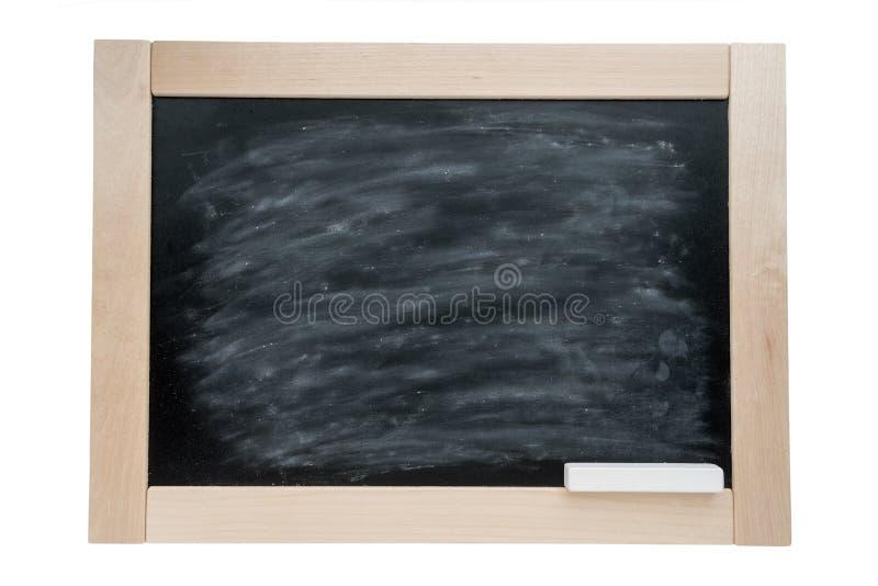 Skolasvart tavla i en träram och en krita bakgrund isolerad white arkivbilder