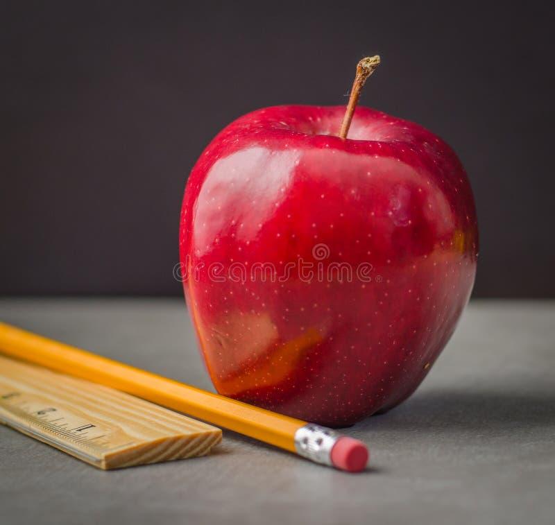 Skolatidäpple, blyertspenna, linjal arkivfoton