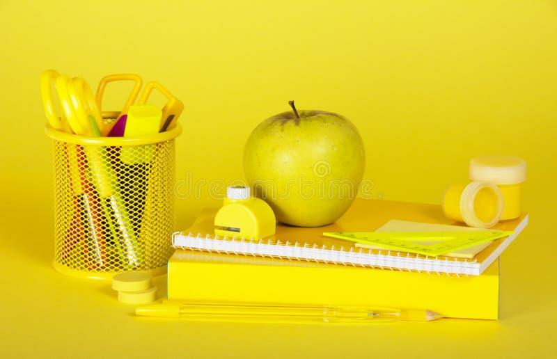 Skolatillförsel i gula färger arkivbild