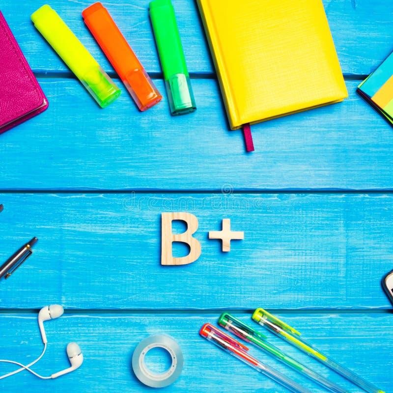 Skolatillf?rsel i skolaskrivbordet, brevpapper, skolabegrepp, bl? bakgrund, id?rikt kaos, utrymme f?r text, mark?rer, pennor, fotografering för bildbyråer