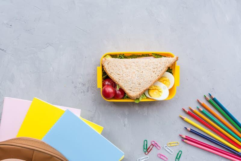 Skolatillförsel och lunchask med smörgåsen och grönsaker tillbaka skola till Sunt matvanabegrepp - bakgrundsorientering med royaltyfria bilder