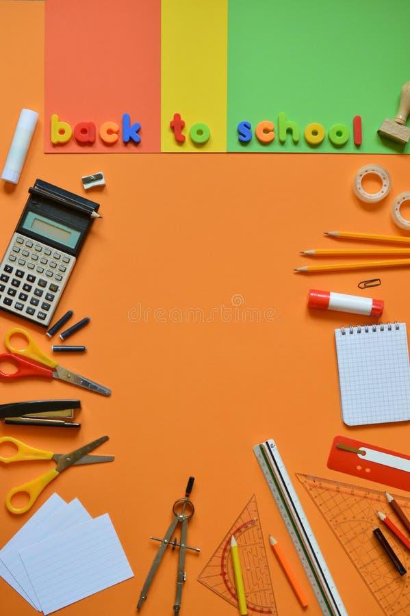 Skolatillförsel och orden TILLBAKA TILL SKOLAN royaltyfria bilder