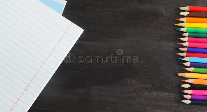 Skolatillförsel och tillbehör på svart tavlabakgrund Begrepp tillbaka till skolan arkivbilder