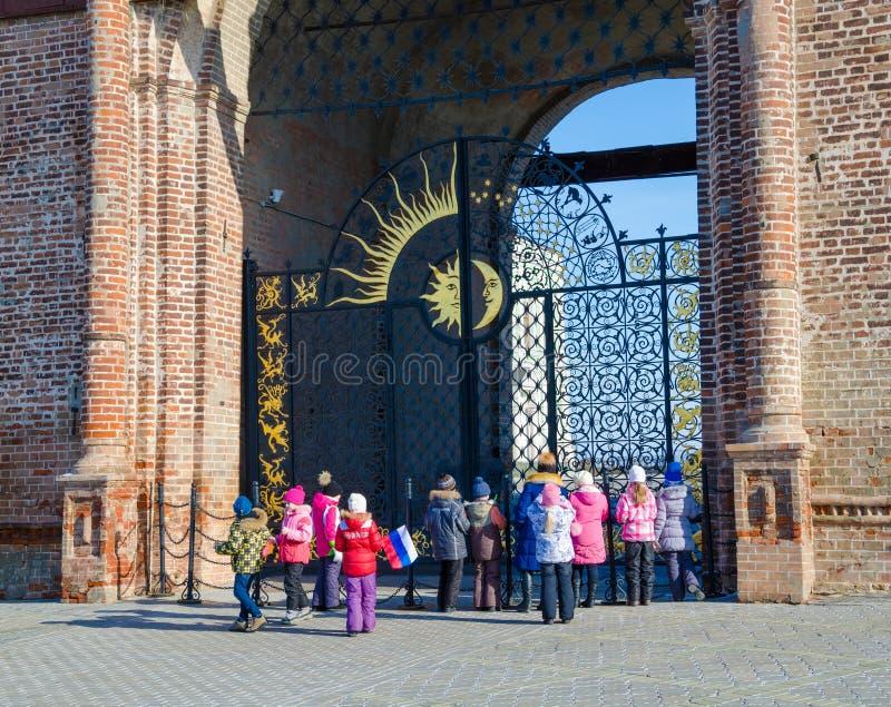 Skolautfärd i den Kazan Kreml royaltyfri fotografi
