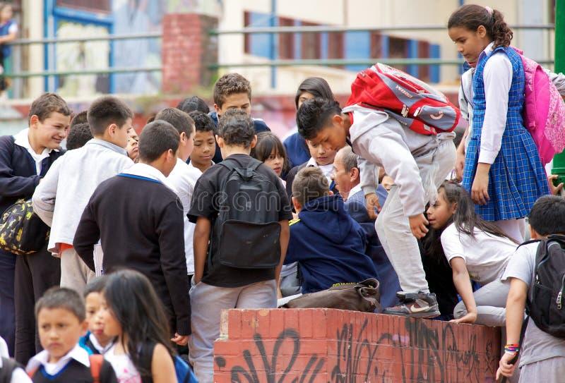 Skolbarn i Bogota som lyssnar till en lärare, talar royaltyfria bilder
