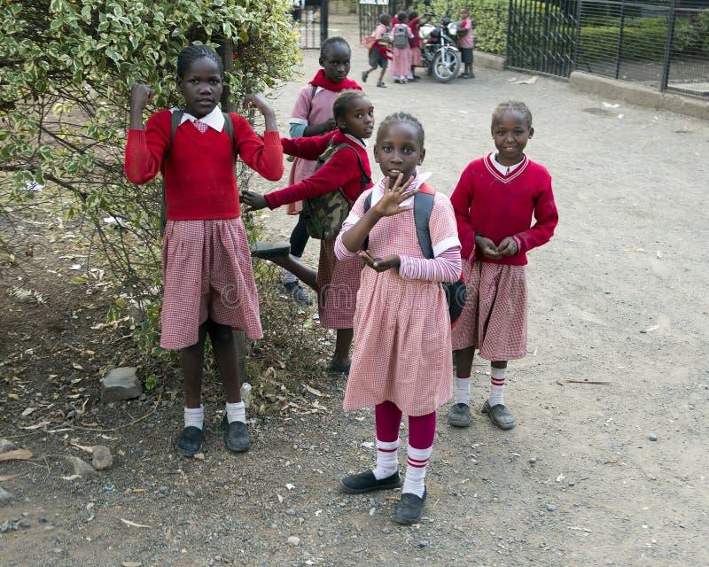 Skolbarn i den Mukuru slumkvarteret arkivbild