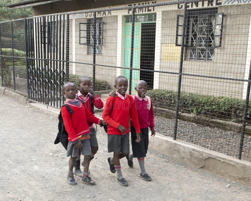 Skolbarn i den Mukuru slumkvarteret arkivfoto