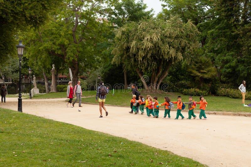 Skolbarn i en parkera Barcelona royaltyfria foton