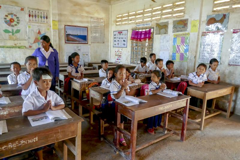 Skolbarn i klassrum av kampongen Tralach Cambodja fotografering för bildbyråer
