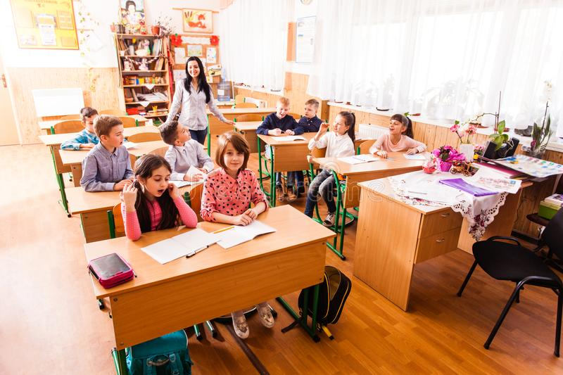 Skolbarn i klassrumet royaltyfri fotografi