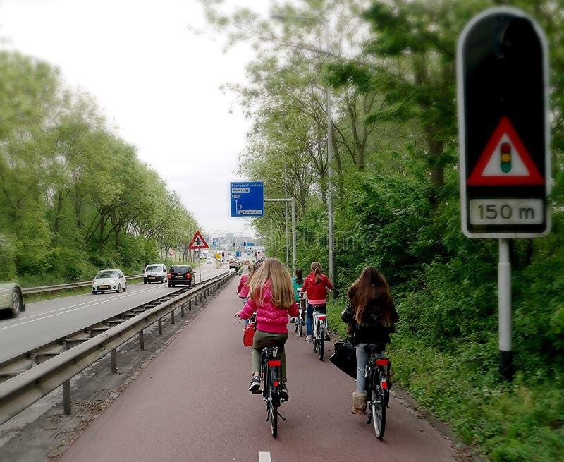 Skolbarn på en cykel royaltyfria bilder