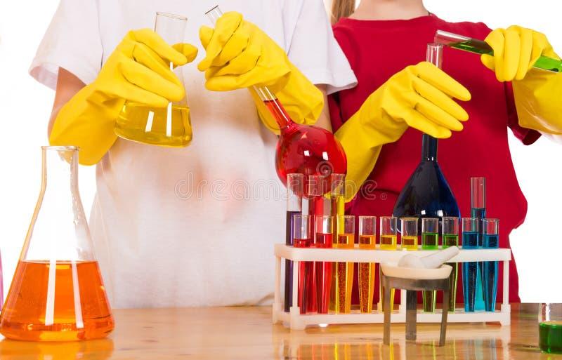 Skolbarn som gör kemivetenskapsexperiment arkivfoton