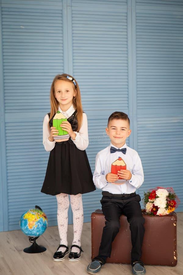 Skolbarn tillbaka skola till royaltyfri foto
