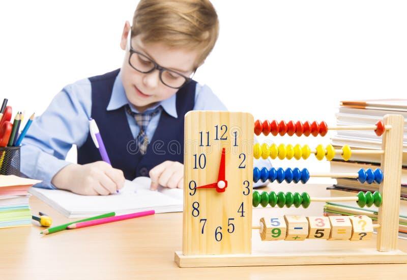 Skolbarnelevutbildning, klockakulram, studentpojkehandstil royaltyfria bilder