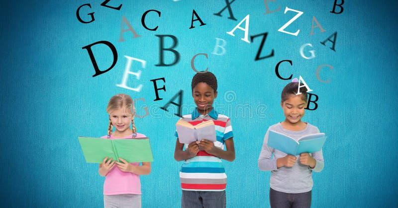 Skolbarnläseböcker med bokstäver som flyger i bakgrund arkivfoto