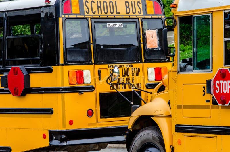 Skolbuss/bussar i staden arkivbilder